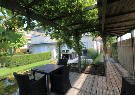 Veranda met druivenrek wijsman tuinoverkappingen - Pergolas ijzeren smeden voor terras ...